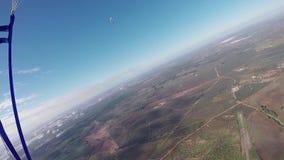 Vuelo profesional del skydiver en el paracaídas en cielo Paisaje adrenalina altura almacen de video