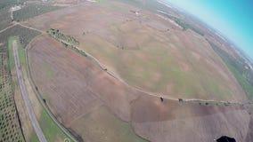 Vuelo profesional del skydiver en el paracaídas en cielo Paisaje adrenalina Naturaleza almacen de metraje de vídeo