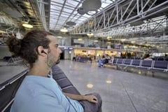 Vuelo que espera del hombre en aeropuerto Imágenes de archivo libres de regalías