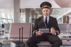 Vuelo que espera sonriente alegre del aviador para Imagen de archivo libre de regalías
