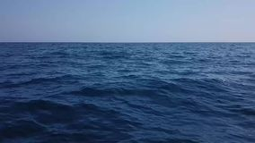 Vuelo rápido encima al mar almacen de video