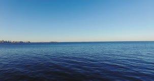 Vuelo rápido y bajo del Pov sobre la agua de mar azul almacen de metraje de vídeo