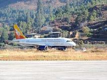 Vuelo real de las líneas aéreas de Bhután imagenes de archivo