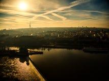 Vuelo a?reo del verano de Praga sobre el r?o de Moldava fotografía de archivo