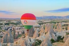 Vuelo reservado del globo sobre las montañas de Cappadocia en la madrugada imagenes de archivo