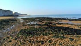 Vuelo sobre bahía de la botánica con sus acantilados blancos en Kent metrajes