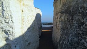 Vuelo sobre bahía de la botánica con sus acantilados blancos en Kent almacen de metraje de vídeo