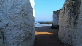 Vuelo sobre bahía de la botánica con sus acantilados blancos en Kent almacen de video