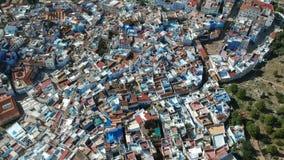 Vuelo sobre Chefchaouen y una ciudad azul en Marruecos con el abejón desde arriba de (aéreo) almacen de metraje de vídeo
