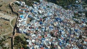 Vuelo sobre Chefchaouen y una ciudad azul en Marruecos con el abejón desde arriba de (aéreo) metrajes