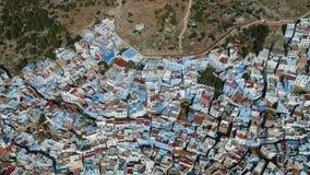 Vuelo sobre Chefchaouen y una ciudad azul en Marruecos con el abejón desde arriba de (aéreo) almacen de video