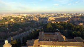 Vuelo sobre Colosseum, Roma, Italia Opinión aérea Roman Coliseum en salida del sol metrajes