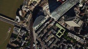 Vuelo sobre edificios modernos hermosos de las torres céntricas de Londres por el río Támesis en día soleado brillante almacen de video