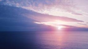 Vuelo sobre el agua Puesta del sol en el mar metrajes