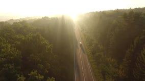 Vuelo sobre el camino en la salida del sol almacen de metraje de vídeo