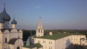 Vuelo sobre el conjunto arquitectónico de Suzdal el Kremlin con la catedral de la natividad de la Virgen almacen de video