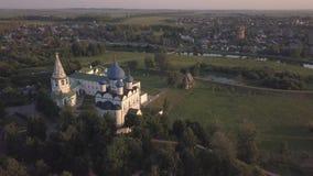 Vuelo sobre el conjunto arquitectónico de Suzdal el Kremlin con la catedral de la natividad de la Virgen metrajes