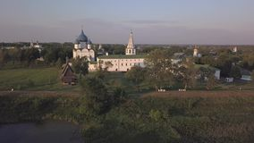 Vuelo sobre el conjunto arquitectónico de Suzdal el Kremlin con la catedral de la natividad de la Virgen almacen de metraje de vídeo