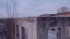 Vuelo sobre el edificio abandonado, edificio destruido viejo en una estación del invierno Visi?n a?rea 4K almacen de metraje de vídeo