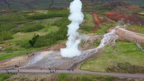 Vuelo sobre el géiser de Strokkur en el momento de erupción, Islandia, opinión aérea del abejón 4k almacen de metraje de vídeo