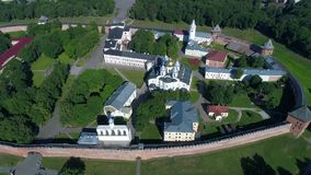 Vuelo sobre el Kremlin de gran Novgorod, día de junio Rusia metrajes