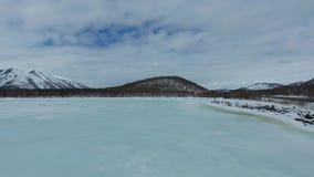 Vuelo sobre el lago azul en la primavera almacen de video