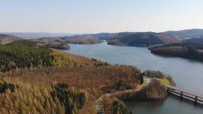 Vuelo sobre el lago en la primavera almacen de metraje de vídeo