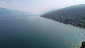 Vuelo sobre el lago Garda en Italia septentrional almacen de video