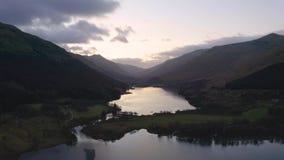 Vuelo sobre el lago Voil en Loch Lomond y el parque nacional de Trossachs en Escocia metrajes