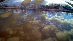 Vuelo sobre el lago y el camino almacen de metraje de vídeo