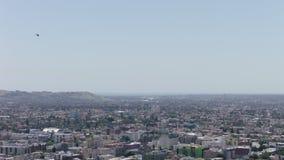Vuelo sobre el Los Ángeles, área del helicóptero de Beverly Hills Acercamiento ligero del helicóptero para aterrizar Del helicópt almacen de metraje de vídeo