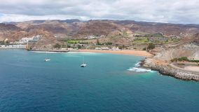 Vuelo sobre el mar hermoso y paisaje en Gran Canaria metrajes