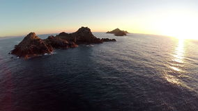 Vuelo sobre el mar y las islas en la puesta del sol, área de Ajacio, Córcega, Francia Silueta del hombre de negocios Cowering almacen de metraje de vídeo