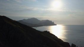 Vuelo sobre el mar y las montañas en la salida del sol Opinión aérea Kara-Dag Mountain en Crimea metrajes