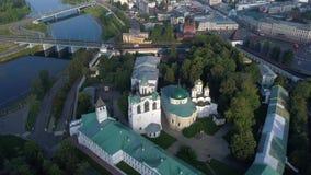 Vuelo sobre el monasterio viejo de Spaso-Preobrazhensky Yaroslavl, Rusia almacen de video