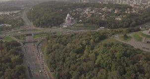 Vuelo sobre el monumento de la patria, Kiev, Ucrania del abej?n almacen de video