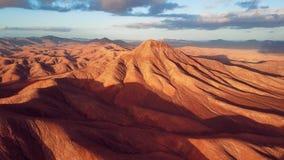 Vuelo sobre el paisaje aéreo del desierto, isla de Fuerteventura, España metrajes