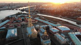 Vuelo sobre el Peter y Paul Fortress en la puesta del sol Vista del centro hist?rico de St Petersburg fotografía de archivo libre de regalías