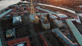 Vuelo sobre el Peter y Paul Fortress en la puesta del sol Vista del centro hist?rico de St Petersburg almacen de metraje de vídeo