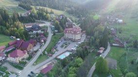 Vuelo sobre el pueblo en las montañas ucranianas de Cárpatos Opinión aérea de Pylypets del hotel magnífico metrajes