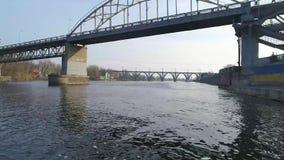 Vuelo sobre el río cerca del puente almacen de metraje de vídeo
