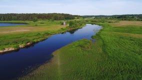 Vuelo sobre el río Sorot, mañana de junio Montañas de Pushkin, Rusia almacen de metraje de vídeo