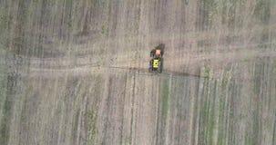 Vuelo sobre el rociador del campo para las sustancias químicas en campo cosechado almacen de video