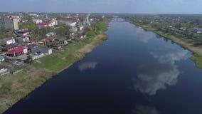 Vuelo sobre el vídeo aéreo del río occidental de Dvina Polotsk, Bielorrusia metrajes