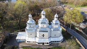 Vuelo sobre iglesia de madera vieja de los cossacks ortodoxos en Ucrania Tiro a?reo del abej?n almacen de metraje de vídeo