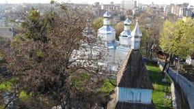 Vuelo sobre iglesia de madera vieja de los cossacks ortodoxos en Vinnitsa, Ucrania almacen de metraje de vídeo