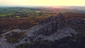 Vuelo sobre la altiplanicie Ridge en la puesta del sol en Reino Unido almacen de video