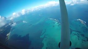 Vuelo sobre la barrera de arrecifes de Australia almacen de video