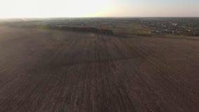 Vuelo sobre la cantidad de la acción del campo, visión aérea del helicóptero almacen de metraje de vídeo