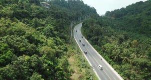 Vuelo sobre la carretera con los coches y las motos en país tropical almacen de video